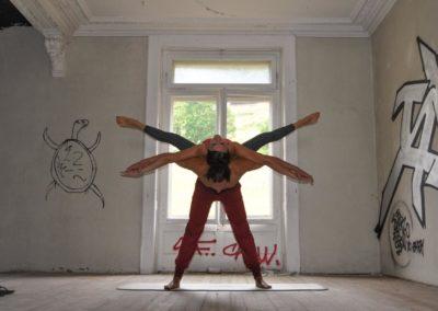 AcroYoga-urbex-yoga-suisse-leysin