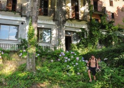 acroyoga-urbex-roadtrip-hotel-pinbello